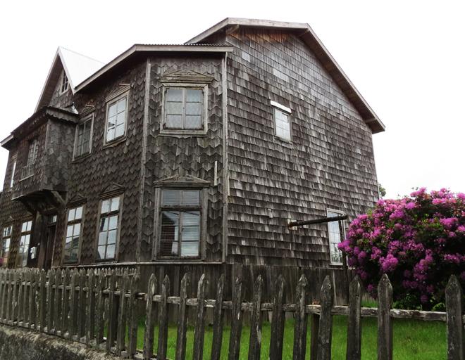 Casa de madeira estilo Chilota na ilha de Chilo?, no Chile.
